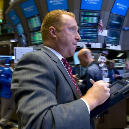 Tăng gần 300 điểm trong tuần, Dow Jones lên sát 10.450 điểm
