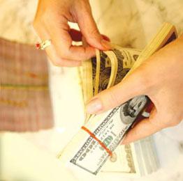 Nhiều ngân hàng tăng lãi suất huy động đô la, cao nhất 6%/năm