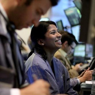 Tăng hơn 100 điểm, Dow Jones lên sát 12.000 điểm